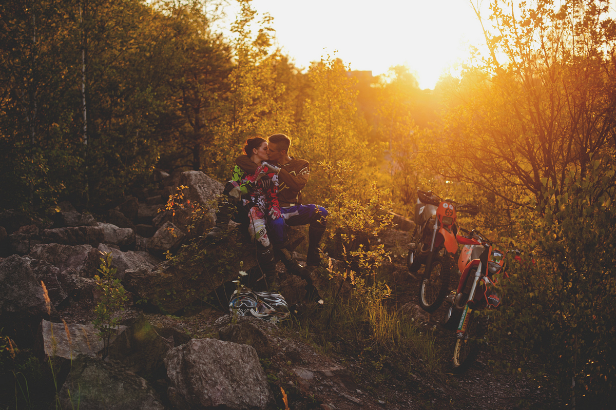 Sesja narzeczeńska enduro para zachód słońca motocykle