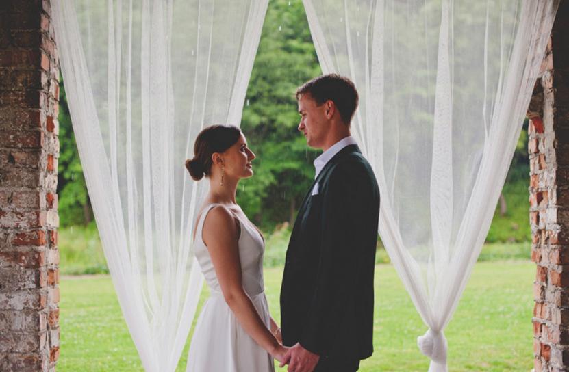 plener ślubny w deszczu w Cegielni Rzucewo